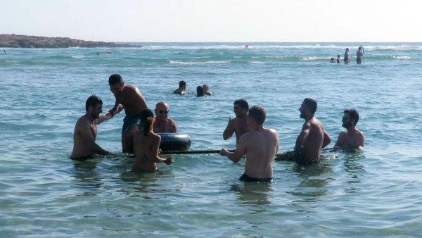 עושים כיף בים