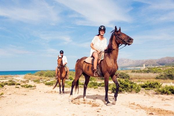 רוכבים על סוסים